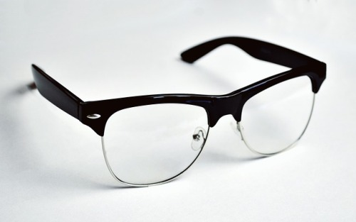 clean-glasses-between-lens-and-frame