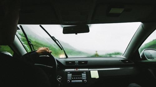 clean-greasy-inside-windshield
